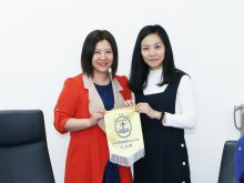 Ms. WONG Pui-man(right) from CNEC Lau Wing Sang Secondary School giving a memento of their school to Ms. WAN Kit-ping (left)