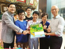 Mr. WONG Kam-sing, GBS, JP (First from Right), the Secretary for the Environment, appreciates students' design